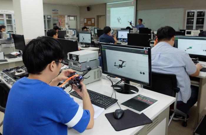 박현준 한국폴리텍대학 달성캠퍼스 스마트전자학과장 수업중에 교육생들이 실습 장비인 드론을 살펴봤다.