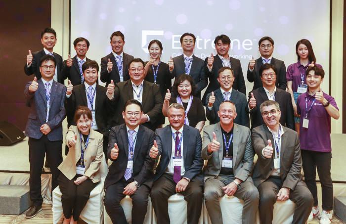이근영 익스트림네트웍스코리아 대표(앞줄 왼쪽 두 번째)가 창립 20주년 파트너 서밋 행사에서 임직원, 파트너사 관계자와 함께 강력한 자율적 네트워크로 글로벌 톱 네트워크 기업으로 재도약하겠다고 선언했다.