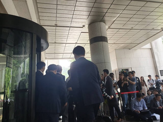 삼성전자 변호인단이 입장 발표 후 퇴장하고 있다.