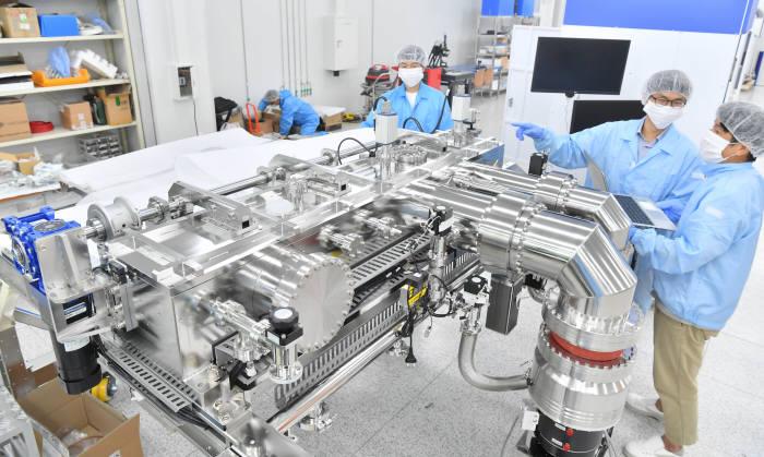 경기도 화성시 동탄산단에 위치한 EUV 장비 기업 이솔 클린룸에서 연구원들이 EUV 광원의 주 챔버부분을 제작하고 있다. 화성=박지호기자 jihopress@etnews.com