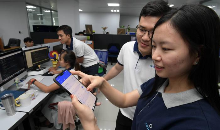 전자금융솔루션 업체 웹케시 계열사로 운영중인 코사인이 캄보디아 금융IT사업이 확산되며 핀테크 사업 최대 기업으로 자리 잡았다. 캄보디아 프놈펜에 위치한 코사인에서 엔지니어들이 웹케시 경리나라 모바일 영수증 서비스를 점검하고 있다. 프놈펜(캄보디아)=이동근기자 foto@etnews.com
