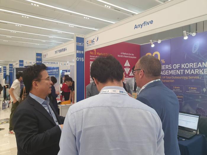 김기종 애니파이브 사장(맨 왼쪽)이 해외 바이어에게 제품을 소개하고 있다.