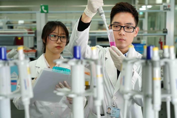 삼성바이오에피스 연구진이 바이오시밀러를 연구하고 있다.(삼성바이오에피스 제공)