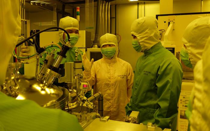 한국폴리텍대학 청주캠퍼스 반도체시스템과 교육생들이 클린룸에서 물리기상증착장비 유지보수에 대해 논의했다.