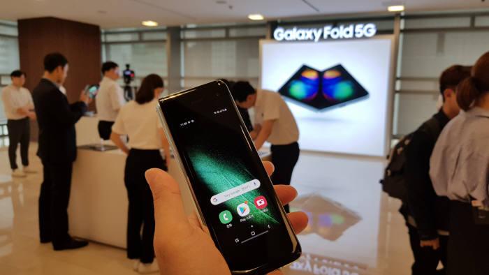 SK텔레콤은 SK텔레콤 공식 온라인몰 T월드다이렉트 에서 갤럭시 폴드 5G 예약판매를 진행한다.