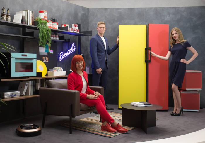 1.IFA 2019 공식 모델(좌측)과 삼성전자 모델들이 IFA 2019 삼성전자 전시장에서 맞춤형 냉장고