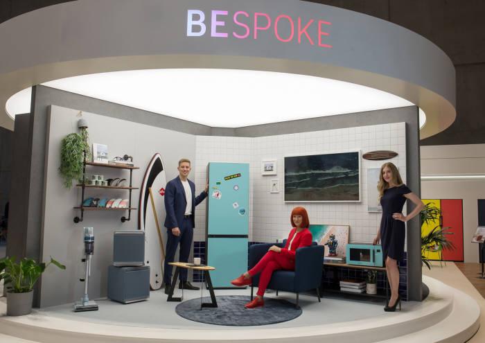 2.IFA 2019 공식 모델(가운데)과 삼성전자 모델들이 IFA 2019 삼성전자 전시장에서 맞춤형 냉장고비스포크(BESPOKE)를 소개하고 있다.
