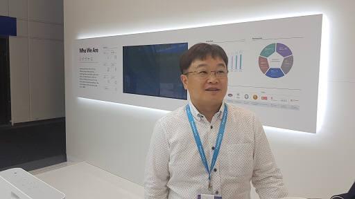 이지훈 웅진코웨이 상무가 독일 IFA2019 행사장에서 설명하고 있다.