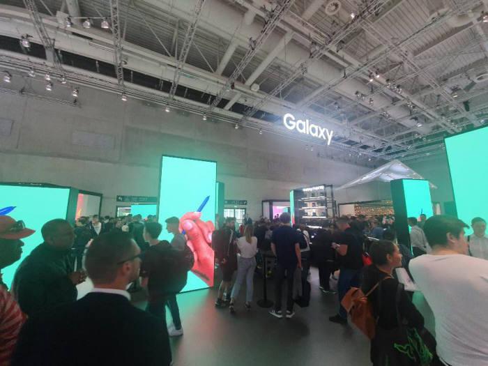 갤럭시 폴드를 체험하려는 관람객들로 IFA2019 삼성전자 전시관의 갤럭시 코너가 북적거리고 있다. 이영호기자youngtiger@etnews.com