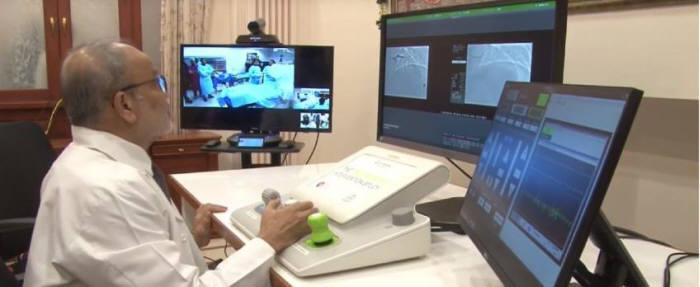인도 에이펙스 하트 인스티튜트의 테야스 파텔(Tejas Patel) 박사가 원격 심장 수술을 집도하고 있다. <사진=EClinicalMedicine>