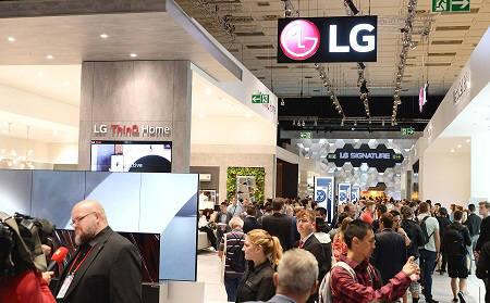 LG전자가 현지시간 6일부터 11일까지 독일 베를린에서 열리는 IFA 2019 전시회에서 LG전자의 인공지능 기술과 차별화된 시장선도 제품들이 변화시키는 생활공간을 선보인다. 관람객들이 LG전자 전시관을 살펴보고 있다.