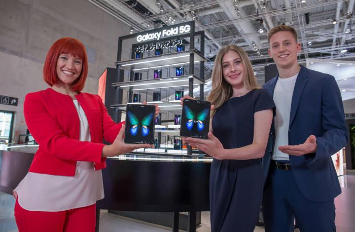 IFA 공식 모델(왼쪽)과 삼성전자 모델들이 독일 베를린에서 열리는 가전전시회 IFA 2019 내 삼성전자 전시장에서<br />새로운 모바일 카테고리 스마트폰 갤럭시 폴드 5G를 소개하고 있다.