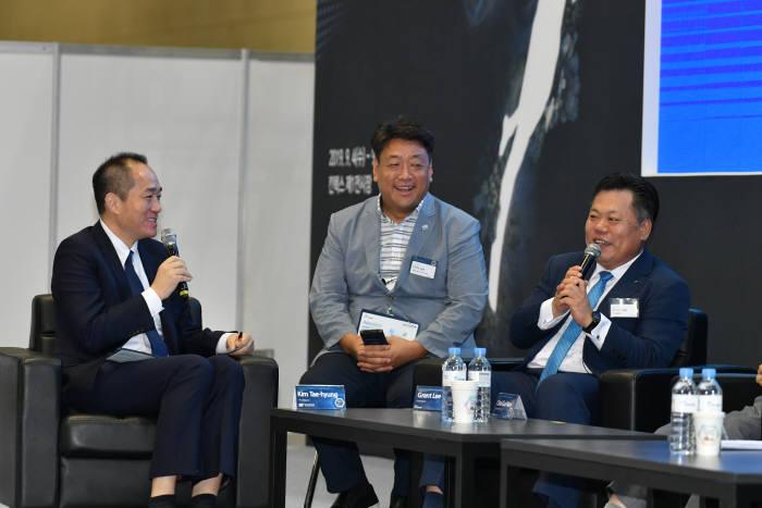지난 5일 월드 스마트 시티 엑스포 2019에서 글로벌 스마트시티를 주제로 ICT 토크콘서트가 열렸다. 김태형 단국대학교 교수(맨 왼쪽)가 이성진 이노뎁 대표(맨 오른쪽)와 질의응답을 나누고 있다.