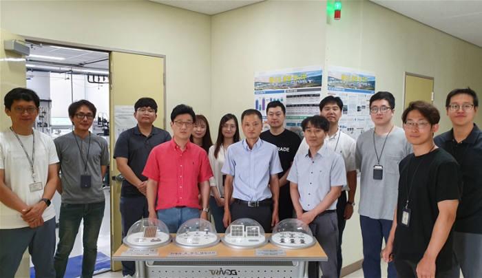 DGIST에너지융합연구부 강진규 책임연구원(가운데)과 연구진들