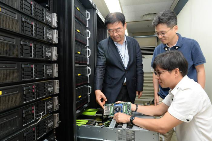 ETRI 연구진이 서버에 메모리박스를 장착하는 모습. 왼쪽부터 시계방향으로 최완 책임연구원, 안신영 책임연구원, 최용석 책임연구원.