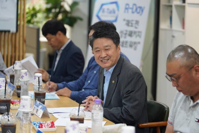 중소벤처기업부 김학도 차관(사진 가운데)은 10일 재창업 보육공간인 R-캠프에서 재도전 기업인들과 간담회를 가졌다.