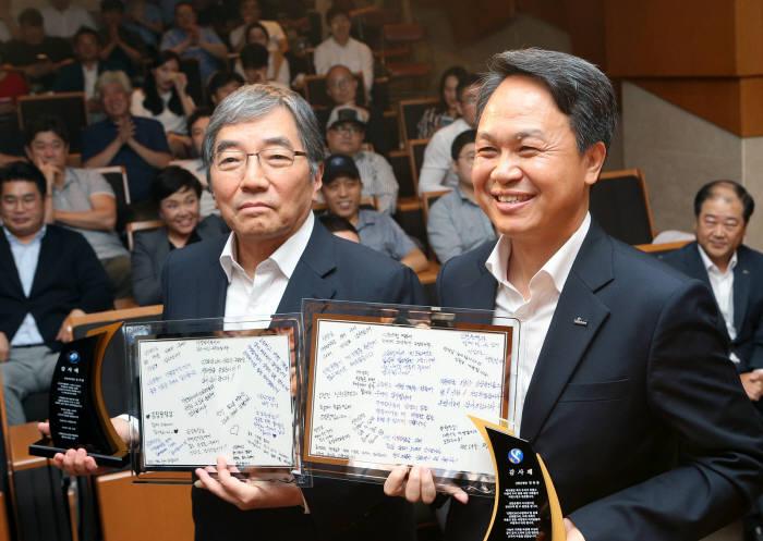 윤석헌 금융감독원장(왼쪽)과 진옥동 신한은행장.