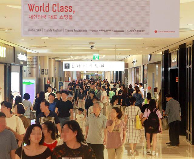 롯데월드몰이 몰캉스를 즐기는 고객들로 붐비고 있다.