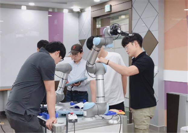 대구 폴리텍에서 진행된 산업용 및 협동로봇 응용 프로그래밍 실무 교육 모습.