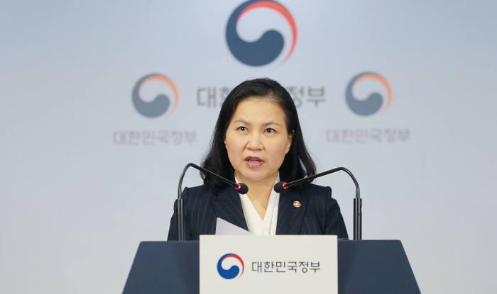 유명희 산업통상자원부 통상교섭본부장은 11일 서울 종로구 정부서울청사에서 반도체, 디스플레이 핵심 소재 3개 품목에 대해 일본이 지난 7월4일에 시행한 일본수출제한조치를 WTO에 제소하는 것과 관련해 기자단에게 발표하고 있다.