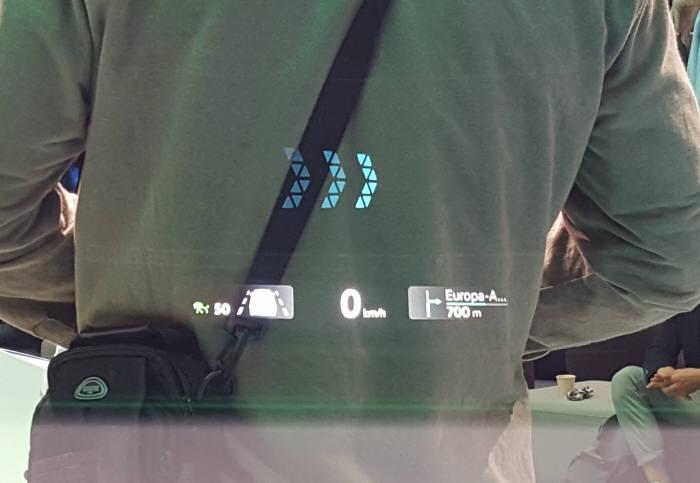 폭스바겐 ID.3에 탑재된 AR HUD. 차량은 정지 상태로 일부 정보만 표시된다.