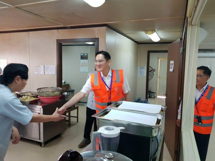 이재용 삼성전자 부회장이 15일 사우디아라비아 리야드 지하철 건설현장을 찾아 임직원을 격려하고 있다.