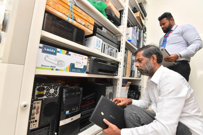 디지털 증거 보관소에서 하드디스크와 노트북 등 증거물을 찾고 있다. 콜롬보(스리랑카)=박지호기자 jihopress@etnews.com