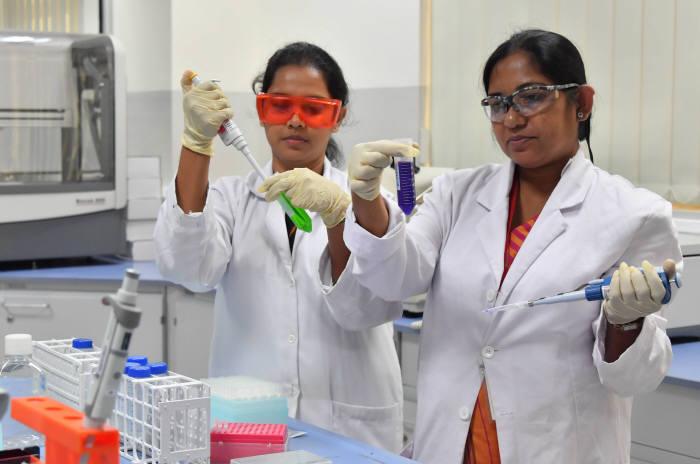 직원들이 DNA 분석을 위한 준비를 하고 있다. 콜롬보(스리랑카)=박지호기자 jihopress@etnews.com