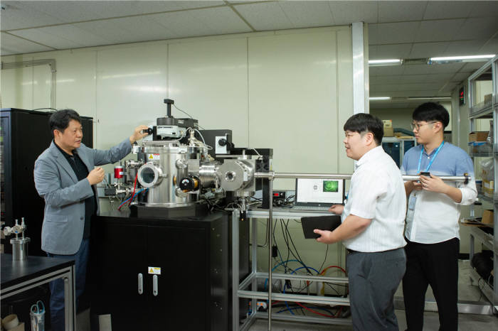 허훈 박사 연구팀이 화학증착소재 실시간 증착막 측정 시스템을 점검하고 있다