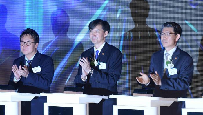 민병두 국회 정무위원장, 조국 법무부 장관, 은성수 금융위원장(왼쪽부터)이 기념 세리머니 후 박수를 치고 있다.