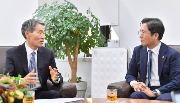 성윤모 산업통상자원부 장관(오른쪽)과 권오경 한국공학한림원 회장이 기술독립을 위한 산업정책과 연구계의 과제를 주제로 대담하고 있다. 사진=박지호기자 jihopress@etnews.com