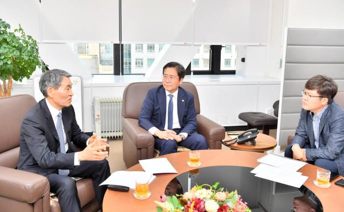 [창간37주년:특별대담]성윤모 산업부 장관-권오경 공학한림원 회장, 기술독립 위한 정책을 말하다