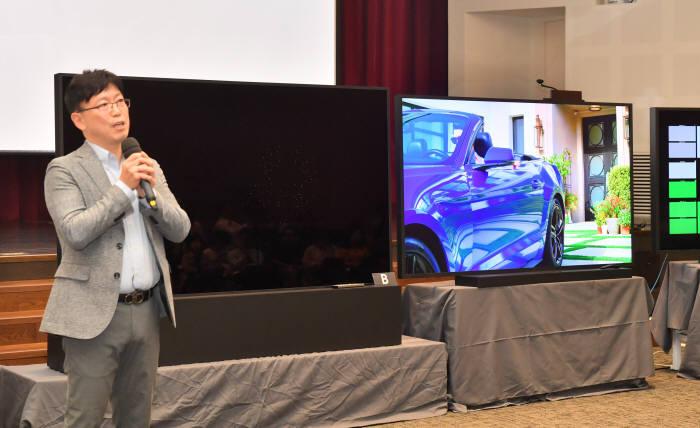 삼성전자 8K TV 화질설명회가 17일 오후 서울 서초구 삼성 R&D 캠퍼스에서 열렸다. 용석우 삼성전자 영상디스플레이 개발팀 상무가 LG전자 8K TV와 삼성전자 8K TV를 비교 설명하고 있다. 왼쪽 화면이 나오지 않은 TV가 LG 8K TV다. 박지호기자 jihopress@etnews.com