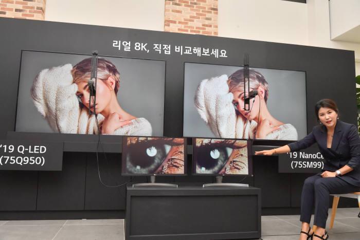 LG전자 8K TV 화질 설명회가 17일 서울 여의도 LG트윈타워에서 열렸다. 직원이 삼성전자 8K TV와 LG전자 8K TV 화질을 비교 설명하고 있다. 박지호기자 jihopress@etnews.com