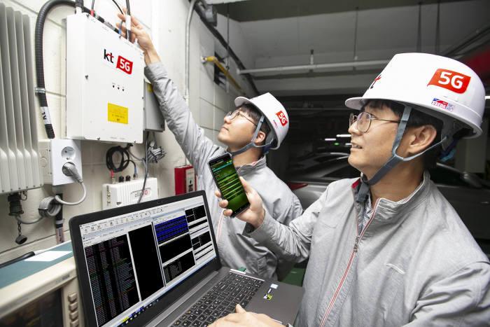 KT 네트워크부문 직원들이 서울 서초구의 한 건물 내 지하 주차장에서 5G 스마트 빔 패턴 동기화 기술이 적용된 5G RF 중계기의 품질을 점검하고 있다.