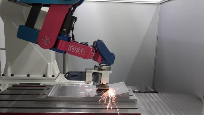 이선규 GIST 교수팀이 개발한 자율자동차 신차개발 기간 및 비용 단축을 기대할 수 있는 차체금형 로봇팔.