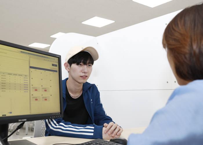 영남대학교 YU진로취업센터에서 한 학생이 전문 컨설턴트에게 상담을 받고 있다.