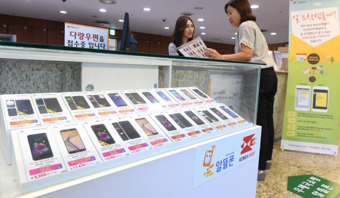 알뜰폰(MVNO) 도매의무 제공제도가 22일 일몰된다. 23일부터는 의무제공 사업자인 SK텔레콤의 알뜰폰에 대한 망 도매 제공 의무가 사라진다.