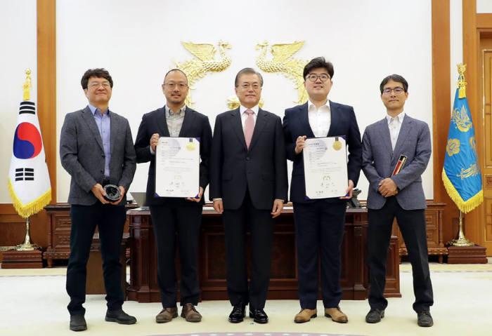 문재인 대통령은 19일 오전 청와대에서 200만번째로 특허를 받는 발명자와 100만번째 디자인 등록을 하는 창작자에게 직접 특허증과 디자인등록증을 수여했다. <사진 청와대>