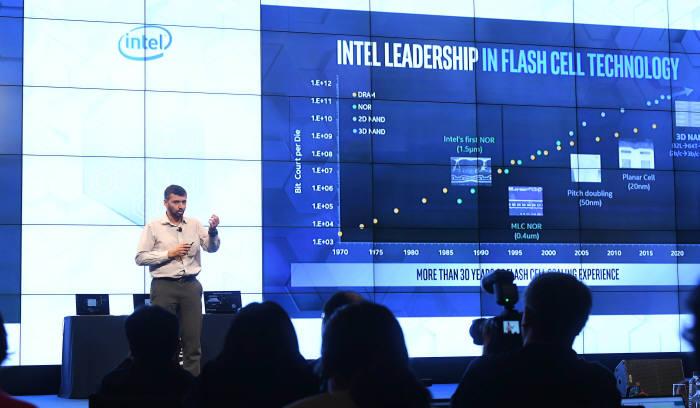 프라나브 칼라바데 인텔 비휘발성 메모리 솔루션 그룹 통합부문 총괄이 26일 열린 인텔 메모리&스토리지 데이 2019에서 발표하고 있다.