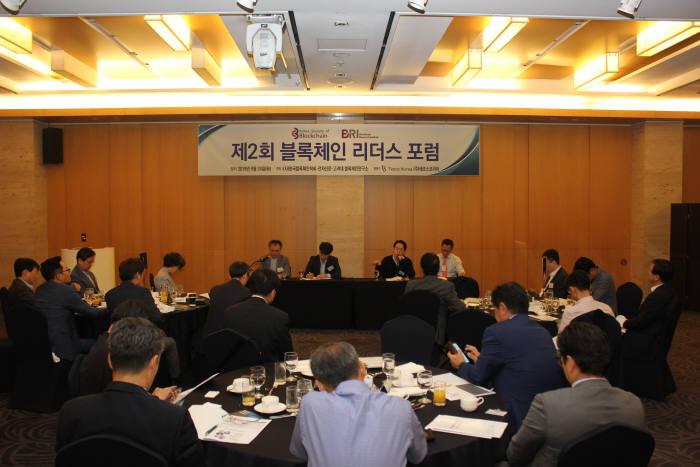 한국블록체인학회 제2회 블록체인리더스포럼에서 패널토론이 진행되고 있다.
