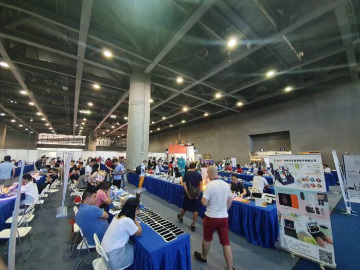 중국 CE차이나 행사장 한편에 250여개 중소기업들이 자사 제품을 소개하고 있다. 이영호기자youngtiger@etnews.com