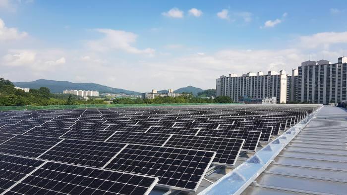 귀뚜라미 보일러 아산공장 지붕에 설치된 6MW급 태양광 설비.