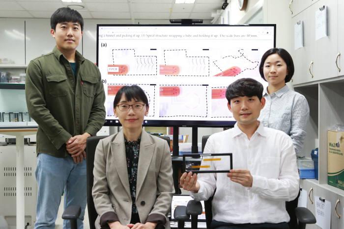 김소희 DGIST 로봇공학전공 교수(앞줄 왼쪽)와 연구진