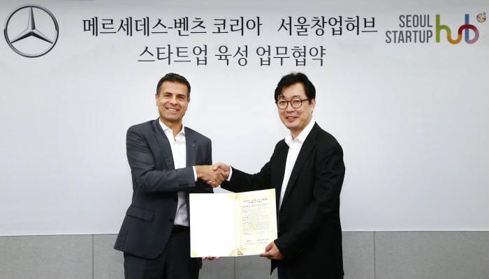 디미트리스 실라키스 벤츠코리아 대표이사 사장(왼쪽)과 이태훈 서울창업허브 센터장.