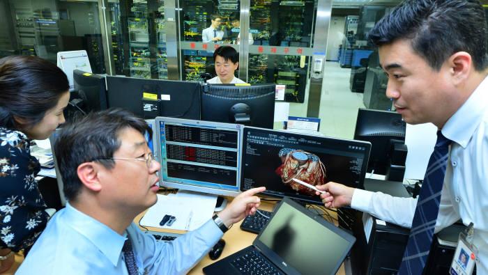 연세의료원 직원이 의료 빅데이터가 생성되는 전산실에서 시스템을 점검하고 있다.(자료: 전자신문 DB)
