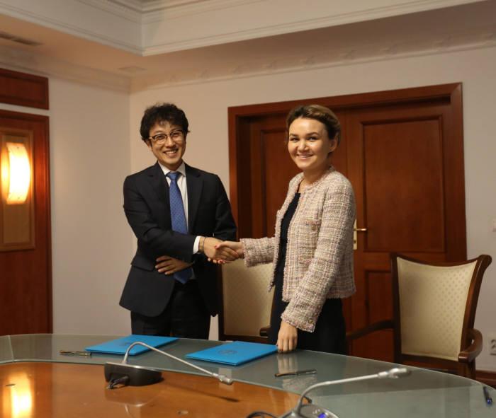 김난규 에스알포스트 SI사업본부장(사진 왼쪽)과 말리카 벡투로바(Malika Bekturova) 누루술탄시 부시장이 전자정부 스마트시티 분야 상호협력을 위한 업무협약(MOU)을 교환했다.