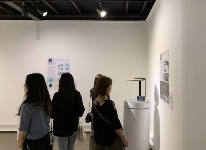 조선대 디자인공학과 졸업작품전을 관람객들이 들러보고 있다.