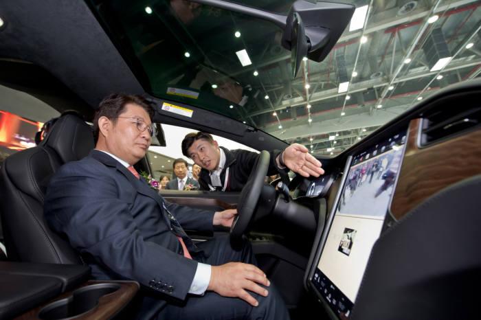 권영진 대구시장이 지난해 대구국제미래자동차엑스포에서 전시차량을 체험하는 모습.