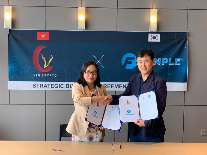 렌시 팜 빈 크립토 대표(왼쪽)와 조강호 슈퍼알키재단 대표가 투자 협약을 체결했다.